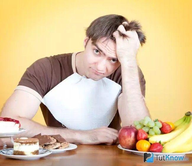 Чоловік готується до обіду
