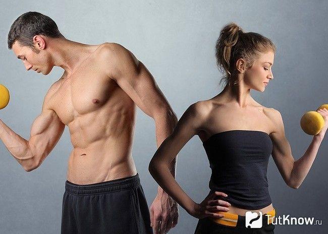 Чоловік і жінка тренуються з гантелями