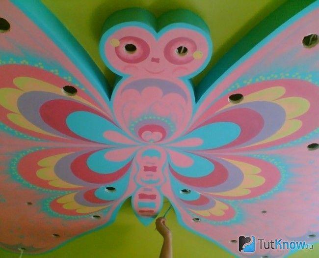 Розпис метелики з гіпсокартону на стелі