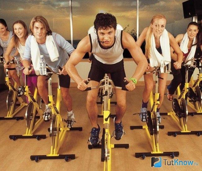 Люди займаються на велотренажерах
