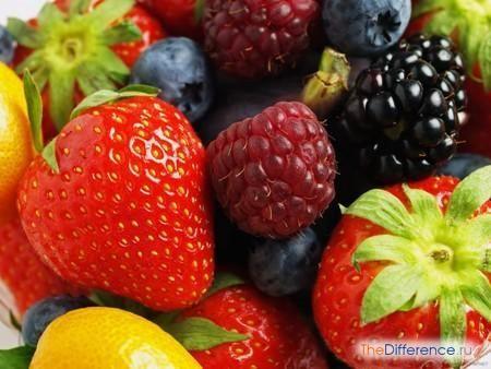 відміну фрукта від ягоди