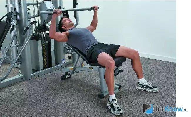 Спортсмен займається на силовому тренажері