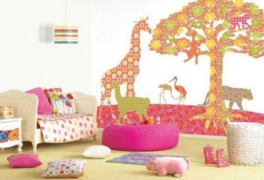 Фігури тварин з шпалер на стіні дитячої