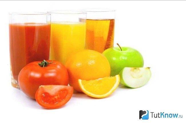 Фруктові та овочеві соки в стаканах