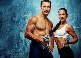 Чоловік і жінка з гантелями