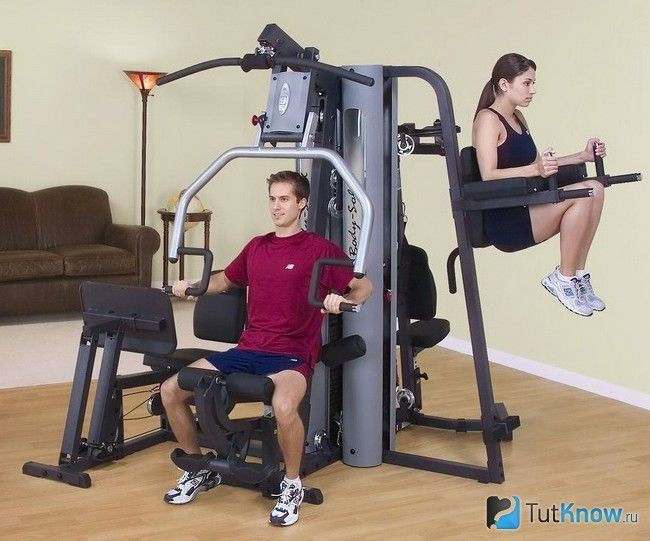 Спортсмени тренуються на домашньому тренажері