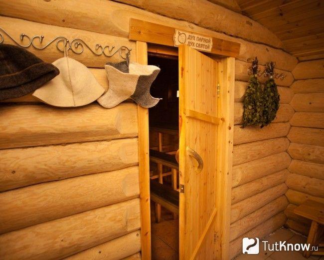 Монтаж дерев`яних дверей в парильні