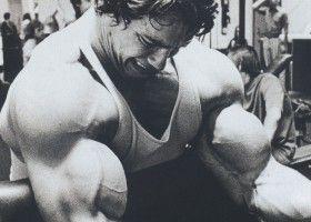 Арнольд Шварценеггенр тренує руки