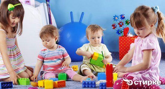 діти грають в іграшки