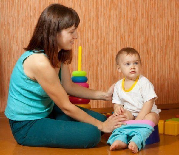 Мама привчає дитину до горщика