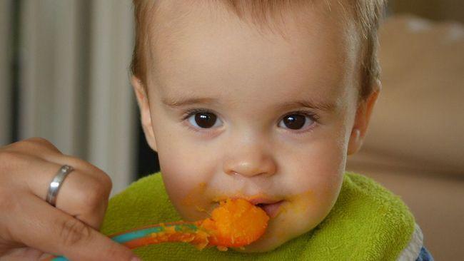 9 правил, як навчити дитину їсти ложкою