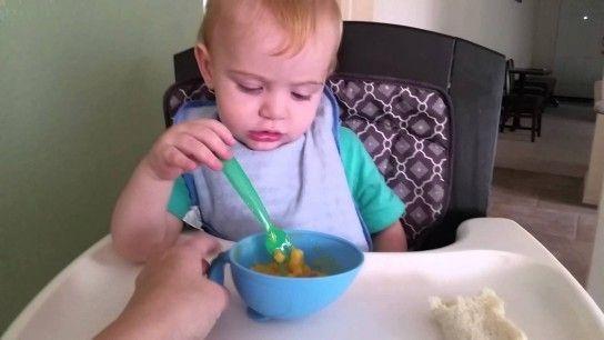 як навчити дитину їсти самостійно