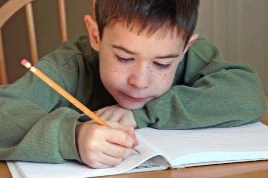 дитина вчиться писати