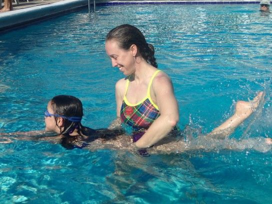 дитина плаває