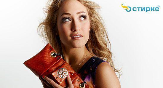 дівчина з сумкою