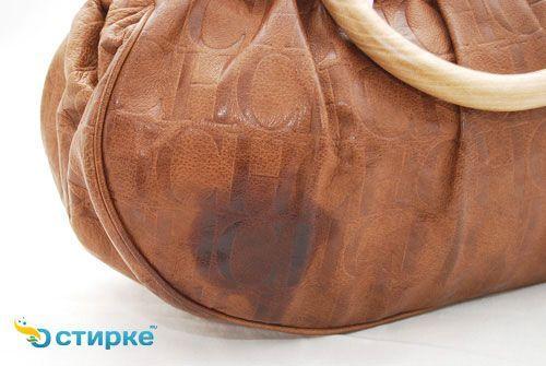 пляма на шкіряній сумці