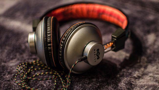 Як підключити навушники з мікрофоном: через штекер і безпровідні