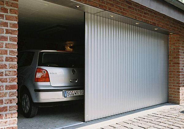 Машина в гаражі