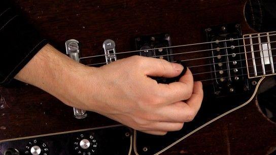 Як правильно тримати медіатор гітаристу