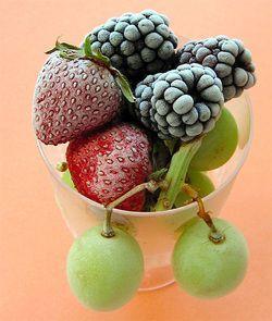 Як правильно заморозити ягоди і фрукти?