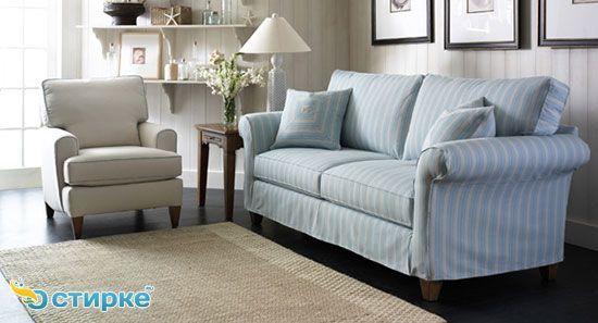 диван в вітальні