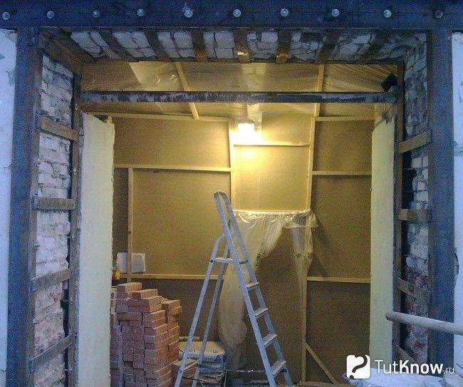 Дверний отвір в цегляній стіні