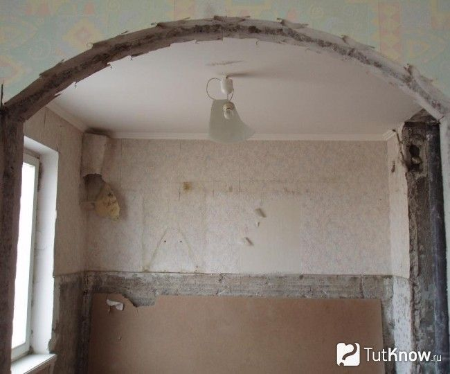 Вирізаний арочний отвір у бетонній панелі