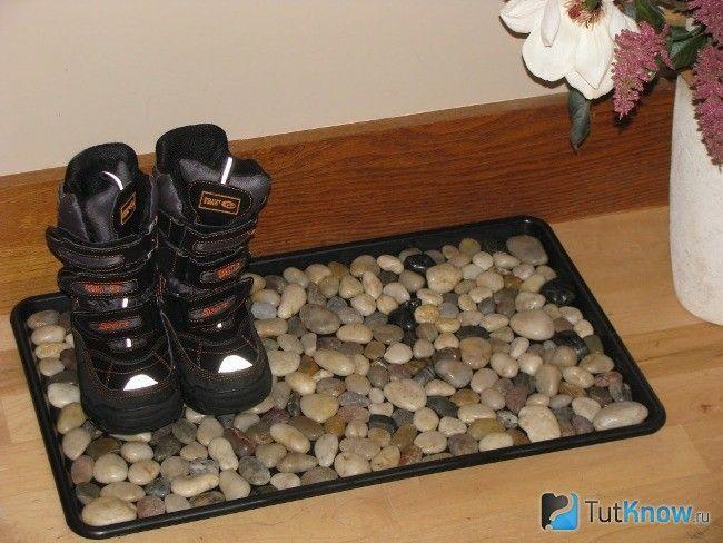 Килимок з декором камінням