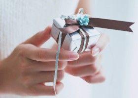 Подарунок в руках