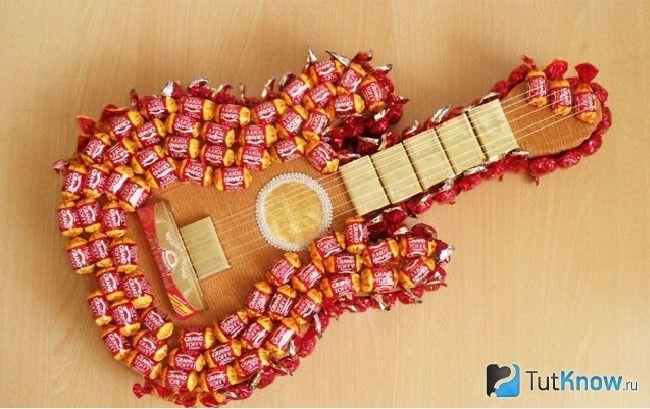 Гітара з цукерок