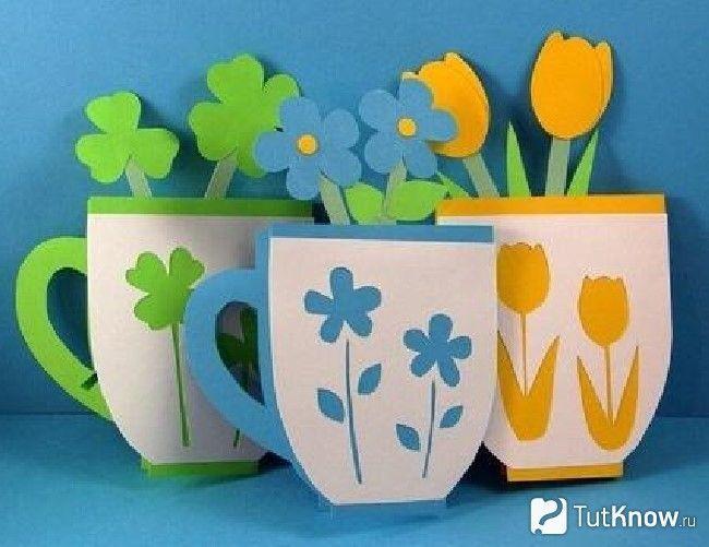 Квіти в чашці з картону