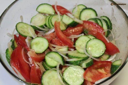 Як зробити салат з огірків і помідорів за 5 хвилин?