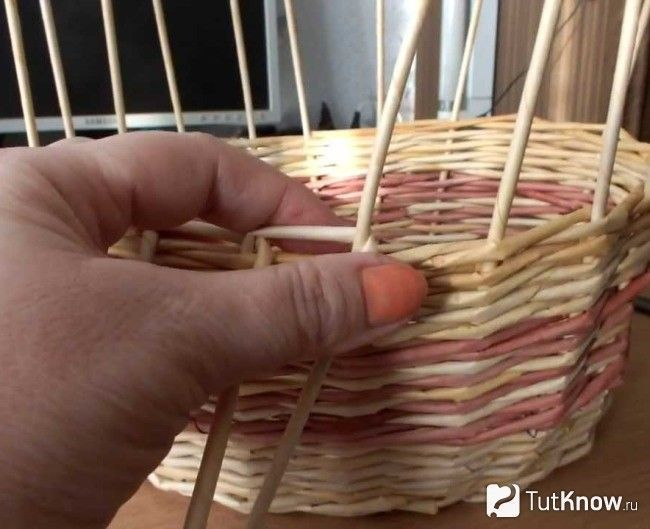 Плетіння двокольорового кошика з газети