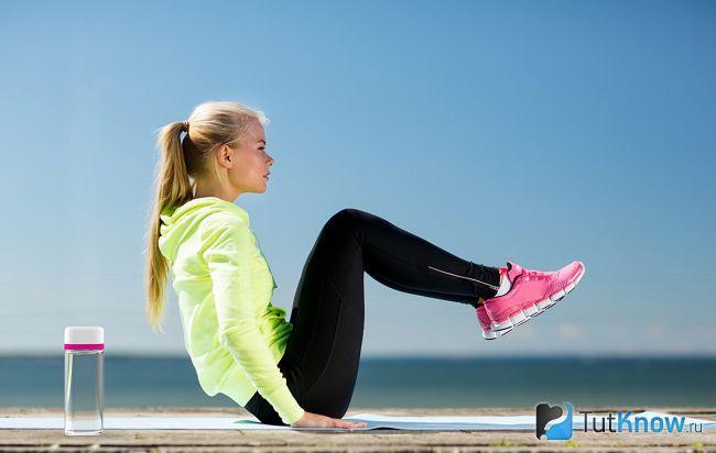 Дівчина тренується навесні на свіжому повітрі