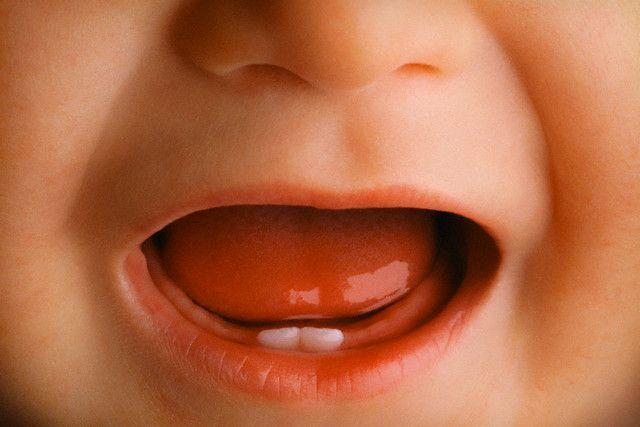 Перші зуби у дитини: як чистити