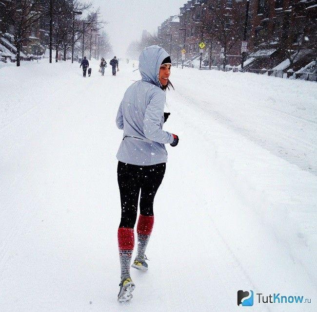 Дівчина біжить взимку