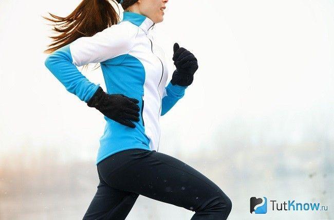 Дівчина біжить взимку в термобілизна