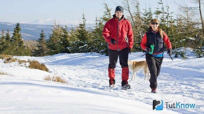 Чоловік і жінка гуляють взимку