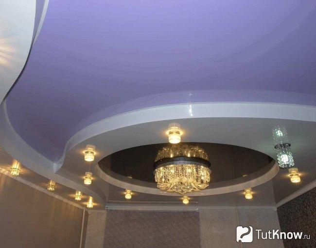 Люстра і світильники на натяжній стелі