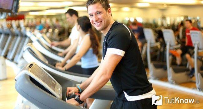 Атлет тренується на біговій доріжці
