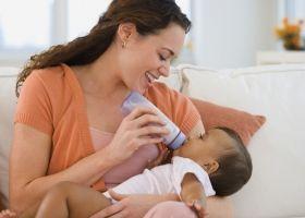 Годування дитини з пляшечки, як потрібно?