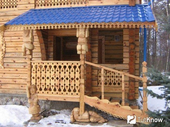 Дерев`яний ганок з фігурними опорами для козирка в баню