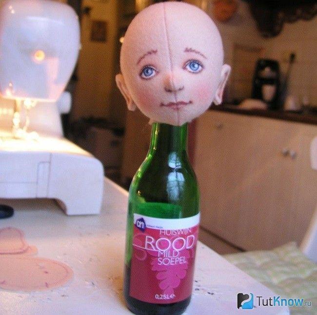 Голова ляльки на пляшці