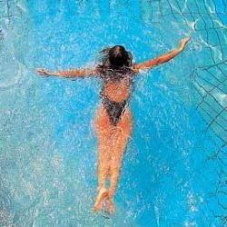 Мочитися в басейні небезпечно для здоров`я