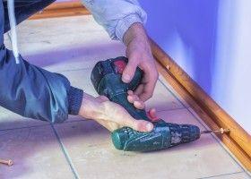 Монтаж плінтусів на підлогу