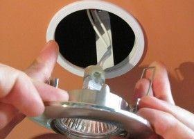 Монтаж світильника в натяжній стелі