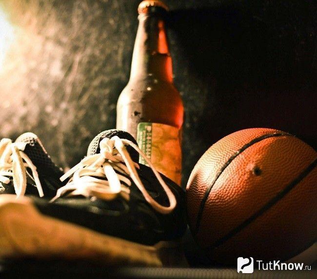 Пляшка пива, кросівки і м`яч