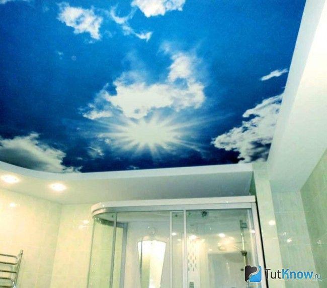 Натяжна стеля з малюнком хмар у ванній кімнаті
