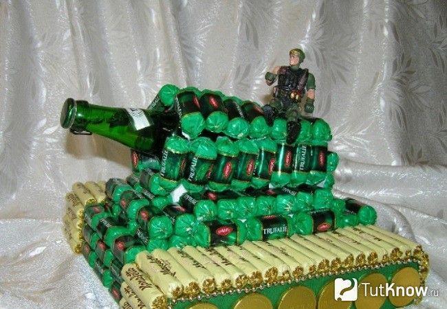 Дуло танка з пляшки шампанського