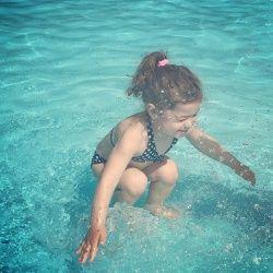 Нова загадка: ця дівчинка під водою або стрибає в воду?